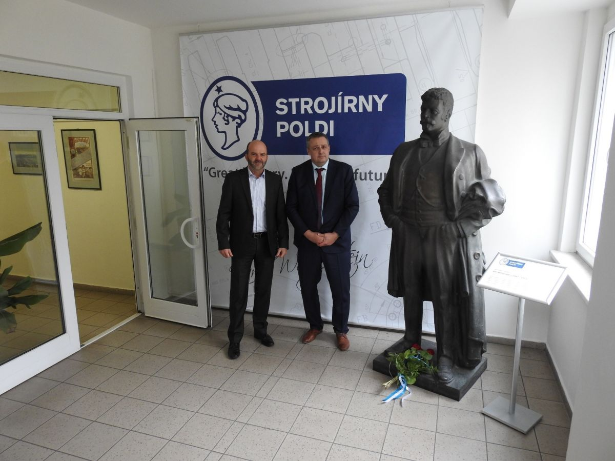 The Mayor of the Statutory City of Kladno, Mr. Milan Volf with the CEO of Strojirny Poldi, Mr. Marcus H. Pauels by the statue of Karl Wittgenstein.